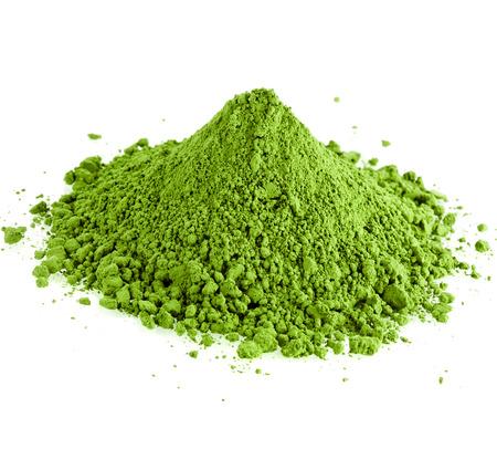 pulverförmigen Hügel grüner Tee auf weißem Hintergrund