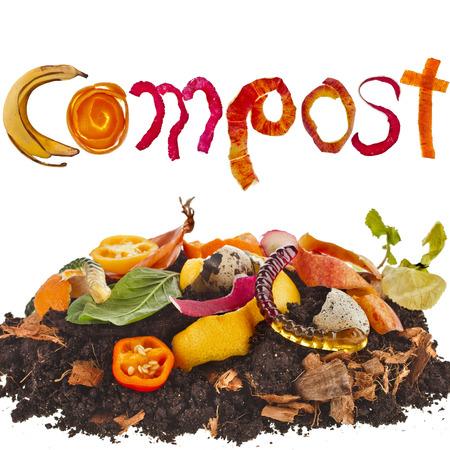 desechos organicos: pila de compost suelo de los restos de comida de cerca aisladas sobre fondo blanco
