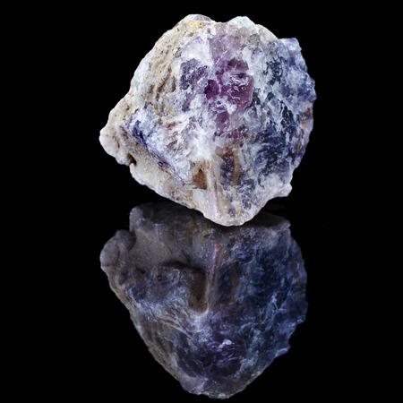 Espécimen sin pulir ásperos de cristal de fluorita con la reflexión sobre fondo negro superficie Foto de archivo - 29515809
