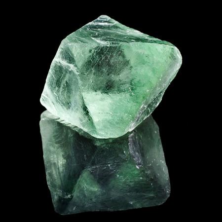 Grüner Fluorit mit Reflexion auf schwarzem Hintergrund Oberfläche Lizenzfreie Bilder