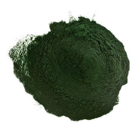 algen: Spirulina poeder algen voedingssupplement heap oppervlak close up bovenaanzicht, geïsoleerd op een witte achtergrond