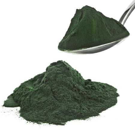 La spiruline en poudre algues complément nutritionnel tas près, isolé sur fond blanc