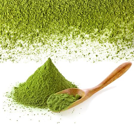pulverisierten grünen Tee mit Bambuslöffel, isoliert auf weißem Hintergrund