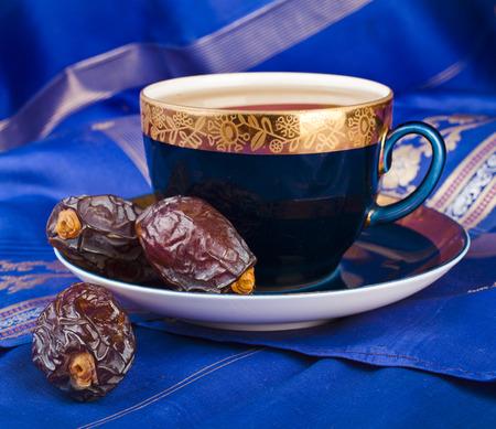 与日期的黑咖啡 - 中东茶点饮料