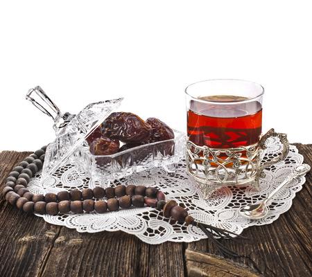 Festival di Ramadan bevanda orientale con date in tavola di legno isolato su sfondo bianco Archivio Fotografico - 30501419