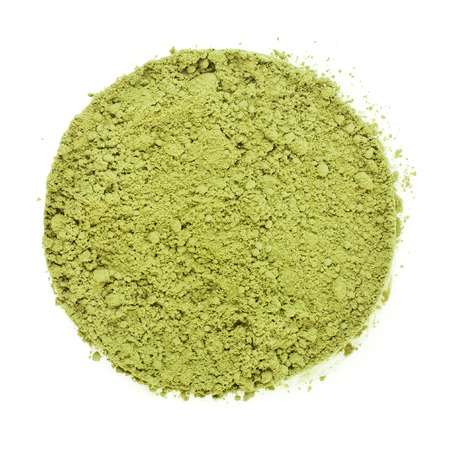 Heap stapel van Matcha, groene Japanse thee gemaakt Surface Bovenaanzicht op een witte achtergrond