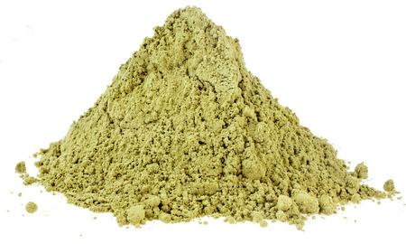 Haufen Haufen von Matcha, Grün Japanische Powered Tee isoliert auf weißem Hintergrund