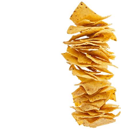Haufen von Tortilla Nachos auf weißem Hintergrund