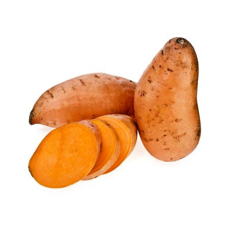 camote: Las patatas dulces con sectores aislados sobre fondo blanco