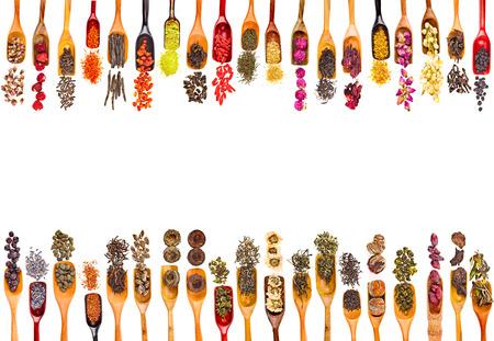 Rand-Feld der Collection Set Teeblätter und Obst Beere Blumenzusätze Löffel Kugel, isoliert auf weißem Hintergrund Lizenzfreie Bilder