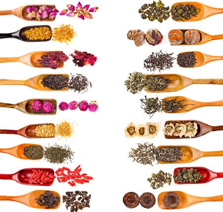 frutas secas: Marco de la frontera de recogida establecidas hojas de té y frutas Berry Flor Aditivos en primicia cuchara, aislado en fondo blanco