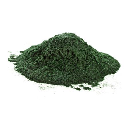 Spirulina-Pulver Algen Nahrungsergänzung Haufen Oberfläche Nahaufnahme Ansicht von oben, isoliert auf weißem Hintergrund Lizenzfreie Bilder