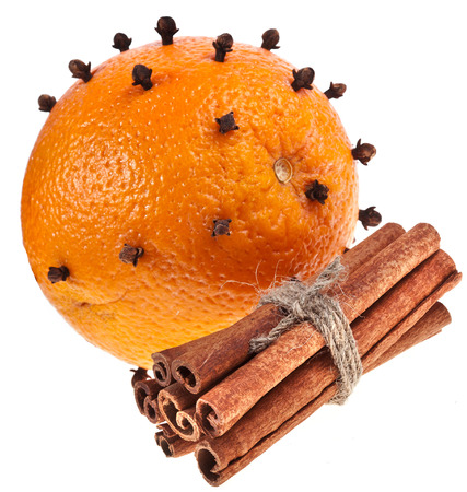 orange peel clove: Natale arancione - chiodi di garofano isolato su bianco