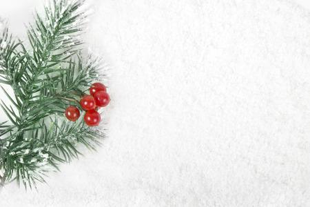 Cornice di frontiera di Natale con l'albero di neve e bacche rosse sulla superficie nevosa Archivio Fotografico - 34854493