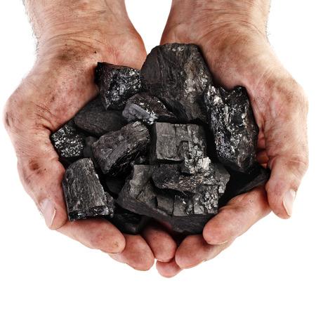 Handen van de mijnwerker zwarte kolen op een witte achtergrond