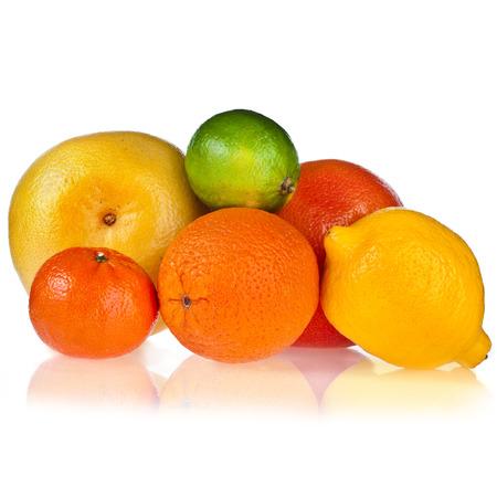 CITRICOS: frutas cítricas aislados en el fondo blanco