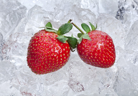 Sweet strawberries on ice cubes surface Stockfoto