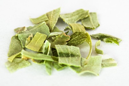 freeze dried: Un mont�n de liofilizarse estrag�n hojas sobre un fondo blanco Foto de archivo