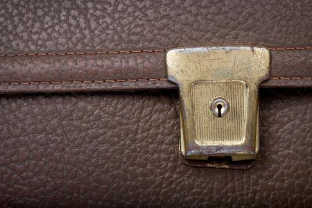 Gebruikte gouden slot op bruin lederen schooltas, retro, copyspace Stockfoto - 35565253