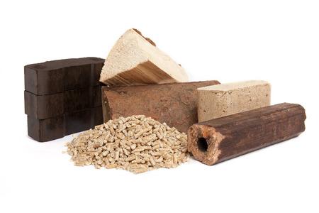 holzbriketts: fossiler Brennstoffe für Backofen, Kohle, Backofen Pellets, Holzbriketts, Brennholz, auf weißem Hintergrund, isoliert,