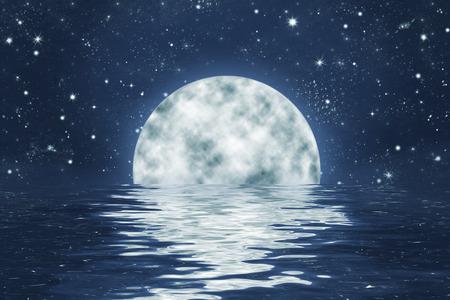 noche y luna: puesta de la luna sobre el agua con olas, con la Luna Llena en el cielo nocturno azul con estrellas