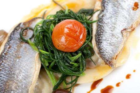 gourmet dinner: cena gourmet con mediterr�neo filete de lubina, verduras verdes, tomate y ravioles,