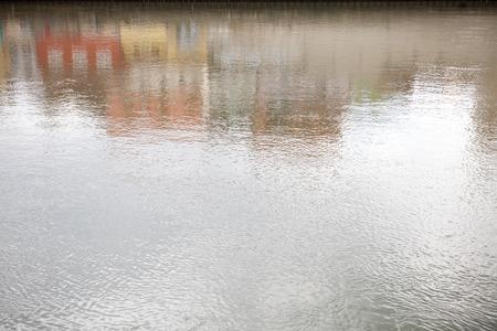 case colorate: sfondo di acqua con la riflessione di case colorate
