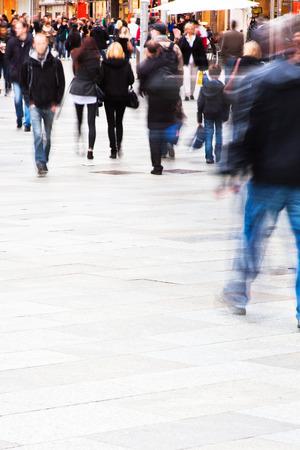 모션에서 도시에있는 사람들의 군중 흐림 스톡 콘텐츠