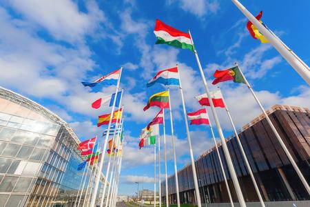bandera de portugal: ángulo de visión baja de banderas europeas en el distrito Europeo sobre la meseta de Kirchberg, Luxemburgo