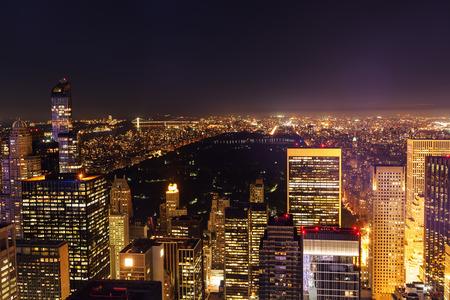 夜新しいニューヨーク市の航空写真ビュー 写真素材