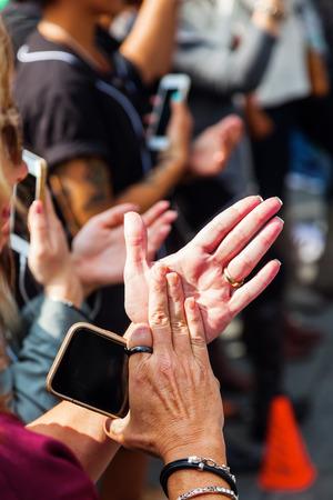 manos aplaudiendo: espectadores aplauden las manos