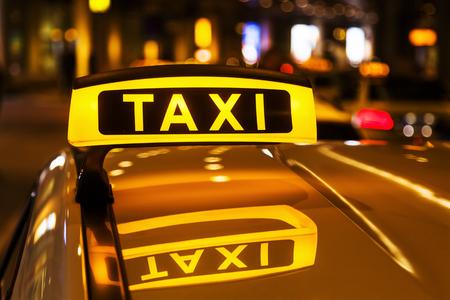 Taxi-Zeichen für ein Taxi in der Nacht Standard-Bild - 52310426