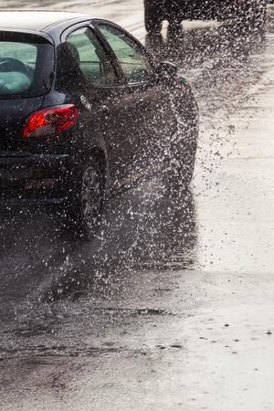 Verkeer op een regen natte straat