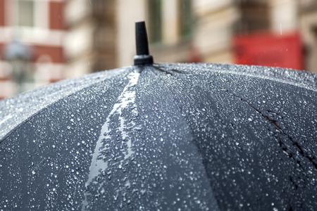 lluvia paraguas: paraguas de la lluvia Foto de archivo