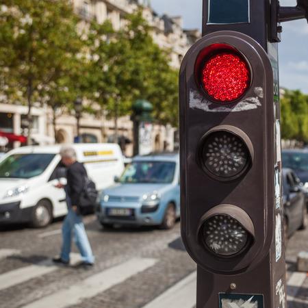 semaforo con il traffico pedonale e in sfondo sfocato