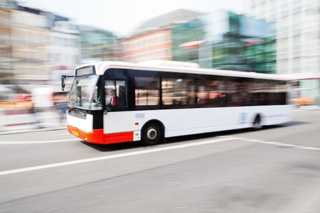 giao thông vận tải: lái xe buýt ở thành phố giao thông trong chuyển động mờ