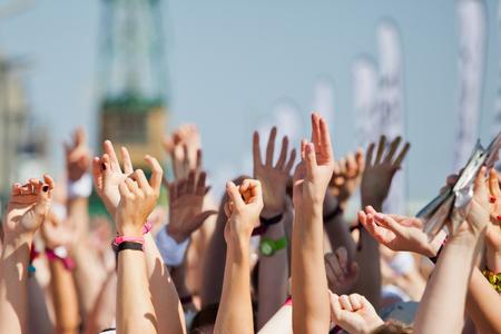 manos levantadas: multitud de gente levantando las manos y divertirse Foto de archivo