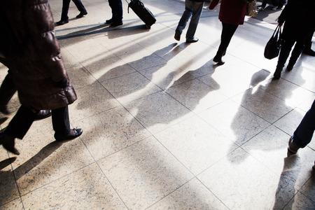 기차역에서 도보 여행하는 사람들