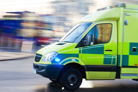 動きのイギリスの救急車のぼかし 写真素材
