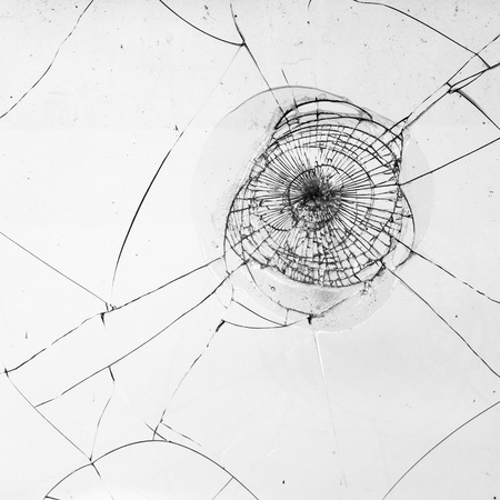 vidrio roto: cristal de la ventana fragmentada en blanco para las obras de textura y negro Foto de archivo