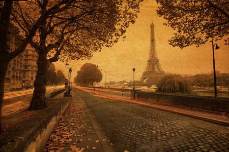 paris vintage: Cuadro del estilo de la vendimia de París al atardecer con una calle a lo largo del Sena y la Torre Eiffel en el fondo