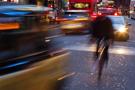 Stadtverkehr mit Bewegungsunschärfe in der Nacht in London Standard-Bild - 53689615