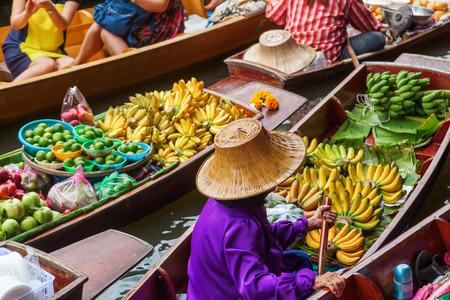 浮動ダムヌンサドゥアックでバンコク、タイの市場で 写真素材