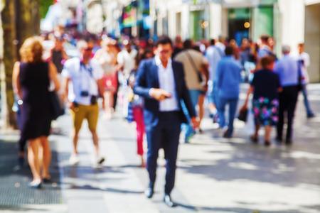 out of focus bild av en folkmassa människor som går i staden Stockfoto