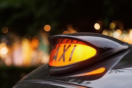夜のロンドン タクシー車のネオンサイン