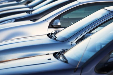 駐車場での車の行 写真素材
