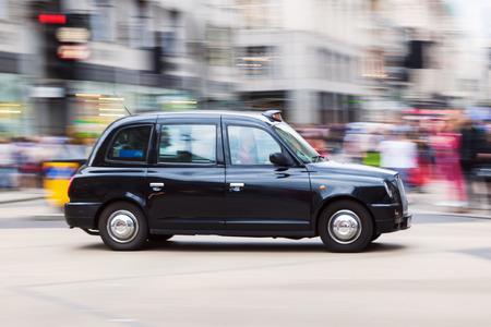 ぼかしの動きでロンドン タクシー 写真素材