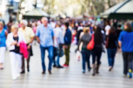 persona caminando: multitud de personas fuera de foco en un paseo de paseo Foto de archivo