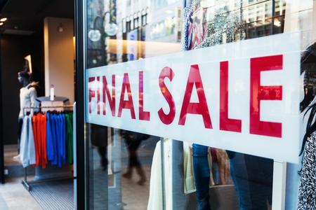 의류 매장의 상점 창에서 최종 판매의 문자와 상징
