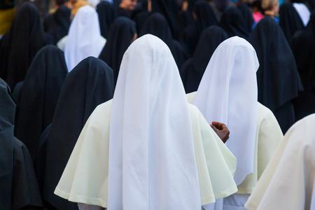 黒と白のドレスと修道女